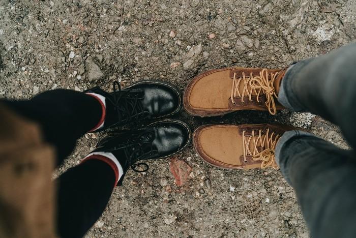 botas negras marrones piel pies