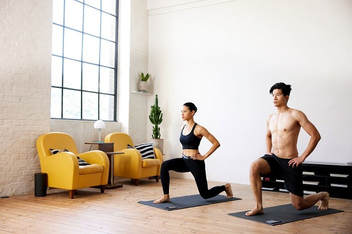 Pareja haciendo ejercicio juntos desde casa