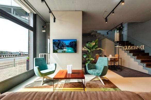 Espacio de una oficina moderna con dos sillones y mesa