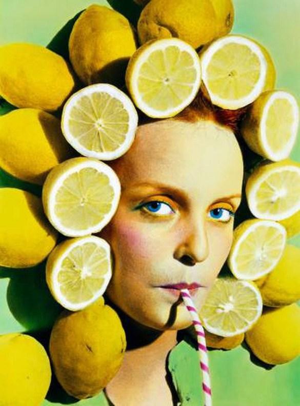 mujer con limones alrededor de la cabeza