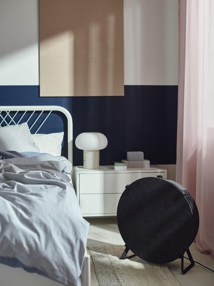 dormitorio con un purificador de suelo negro de Ikea