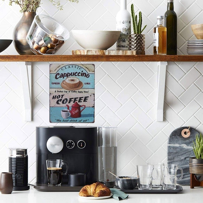 Rincón para el café en un hogar con cartel vintage o retro