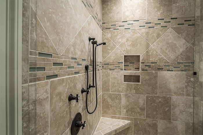 pared alicatada marron baño