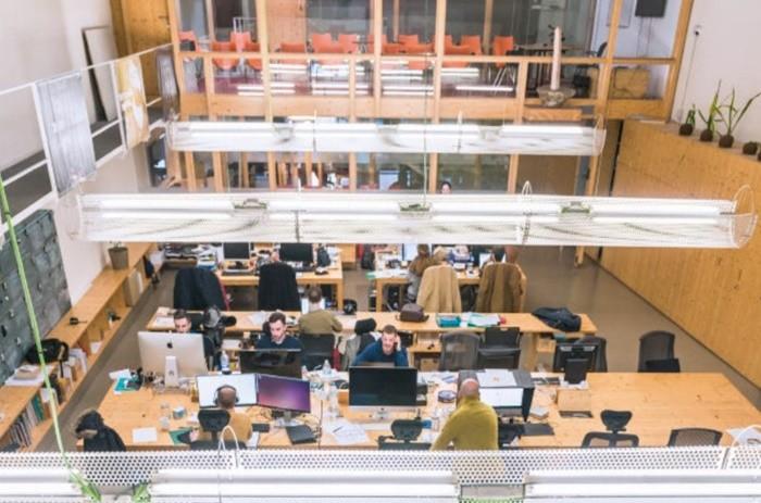 interior grande dos plantas mesas