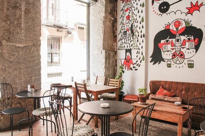 cafeteria mesas sofas pared pintada