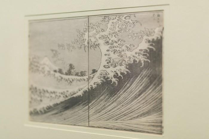 una ola de mar en blanco y negro