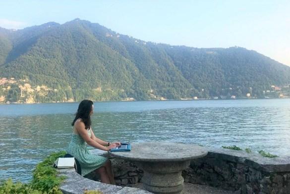 mujer teletrabajando cerca del mar