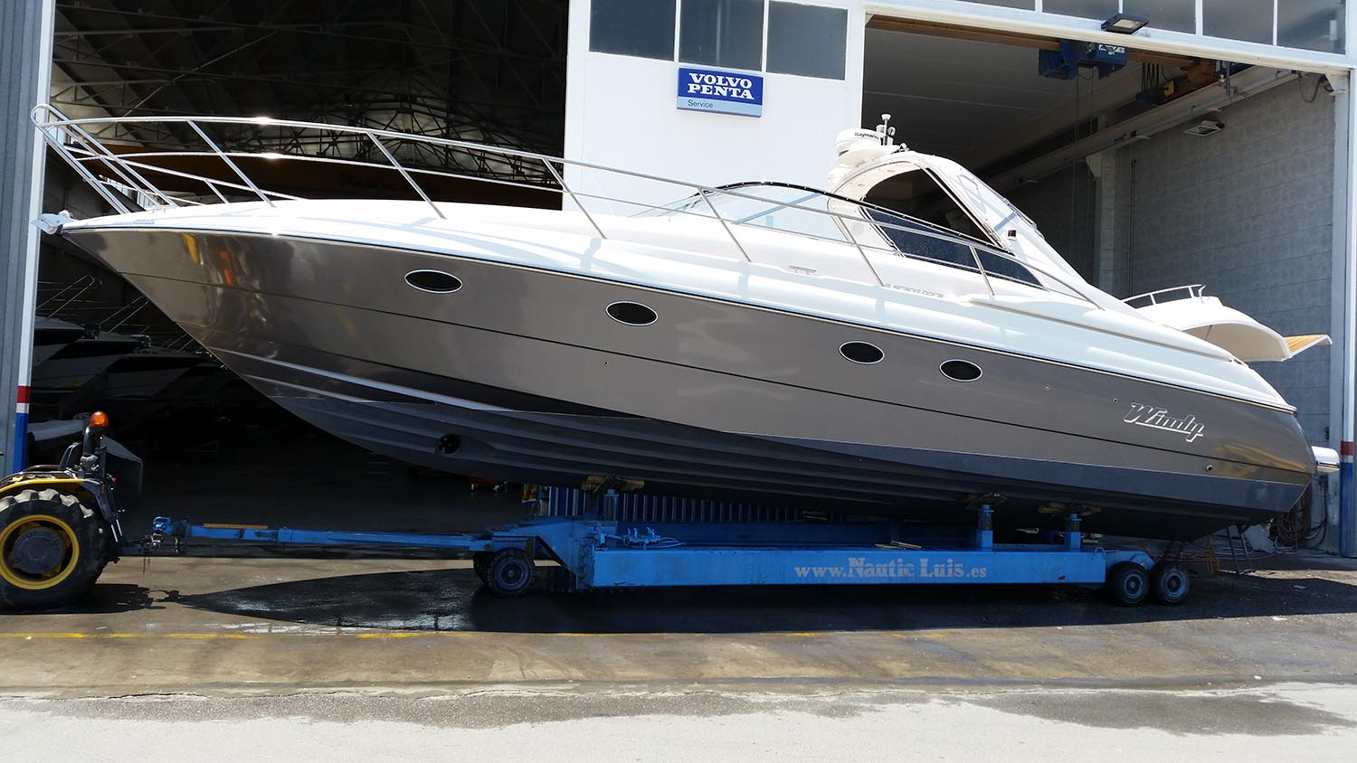Motor Yacht Wrapping - Transform your yacht hull with a new fresh colour or technical finish.