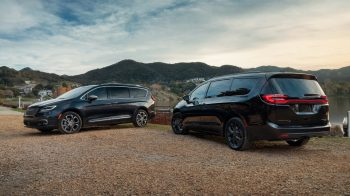 The new 2021 Chrysler Pacifica Pinnacle™ model (left) and 2021 Chrysler Pacifica Limited S.