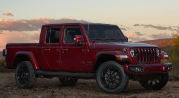 2020 Jeep® Gladiator High Altitude in Snazzberry. (Jeep).