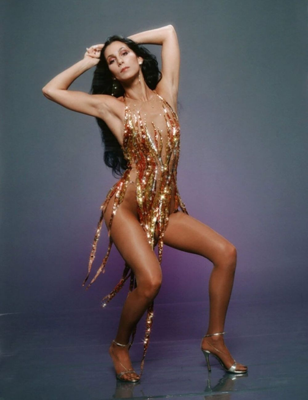 10 looks de Cher que la han convertido en una rebelde del estilo por 60 años