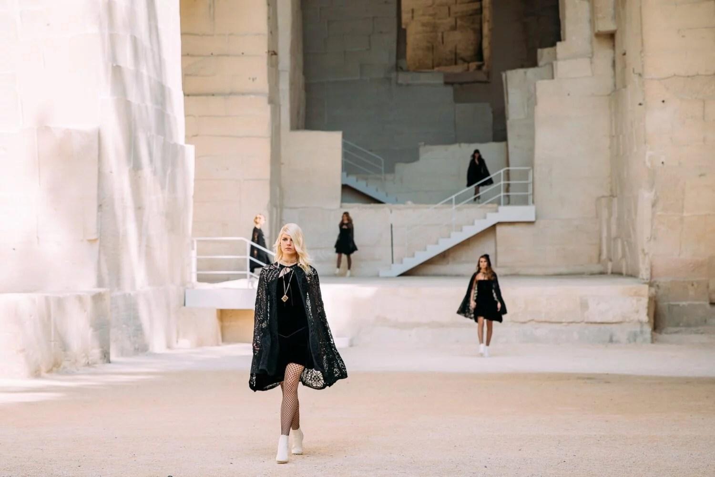 Chanel une a Jean Cocteau con el punk en su colección Cruise 2021