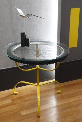 Sustentabilidade: Mesa de apoio feita com roda de bicicleta na Sala Íntima do Jovem, assinada por Márcia Queiroz e Wagner Zadra