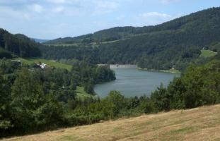 Údolí říčky Bystřice Bystřičky s vodní nádrží Bystřičkou.