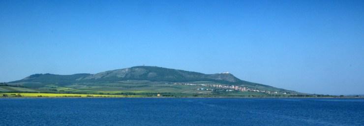 Pohled na Pavlovské vrchy z přehradní hráze v. n. Nové Mlýny.