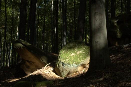 Výchozy skal jsou ve Chřibech typickým geomorfologickým prvkem.