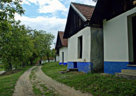 Památková rezervace Vlčnovské búdy leží na již. svahu vrcholu Myšince (353 m).