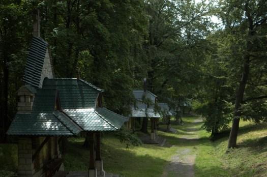 Jednotlivá zastavení Jurkovičovi křížové cesty stojí na původních valech hostýnského hradiště.