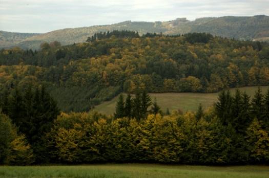 Okolí Podkopné Lhoty. V pozadí hřeben Humence (703 m).