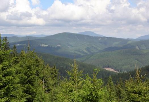 Vysoká (1024 m) je nejvyšším vrcholem Hostýnsko-vsetínské vrchoviny a zároveň Vsetínských vrchů. V pozadí snímku Moravskoslezské Beskydy.