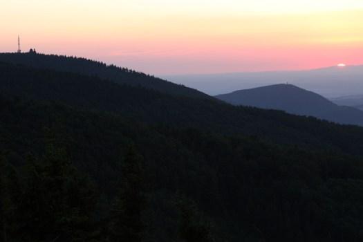Západ slunce za Jeseníkem. Vlevo Radhošť s kaplí a vysílačem, vpravo Velký Javorník s rozhlednou.