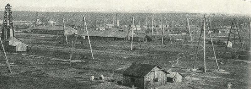 Panorama dolů na Nesytu s těžebními trojnožkami a strojními vrtnými soupravami, 20. léta