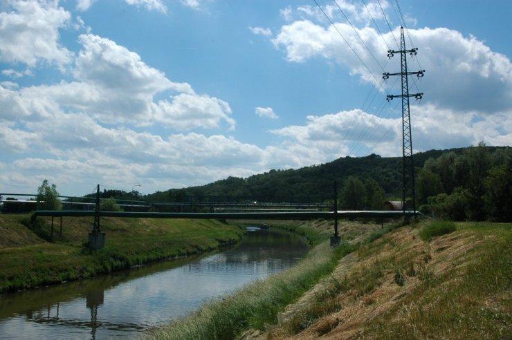 Zregulovaný tok řeky Dřevnice před soutokem s Moravou.