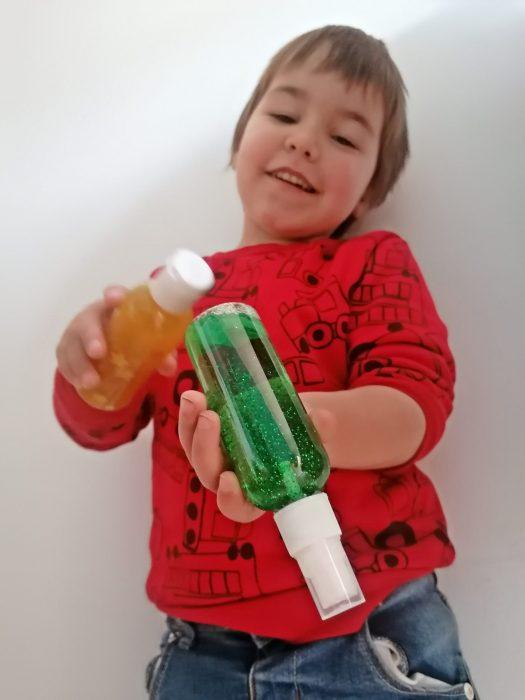 Niño juega con botellas sensoriales