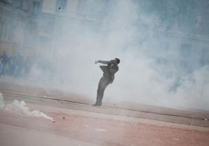 manifestant-seul-dans-fumee-gaz_manifs-lyon-2010_extrait-film-lyon-capital.1297499333.JPG