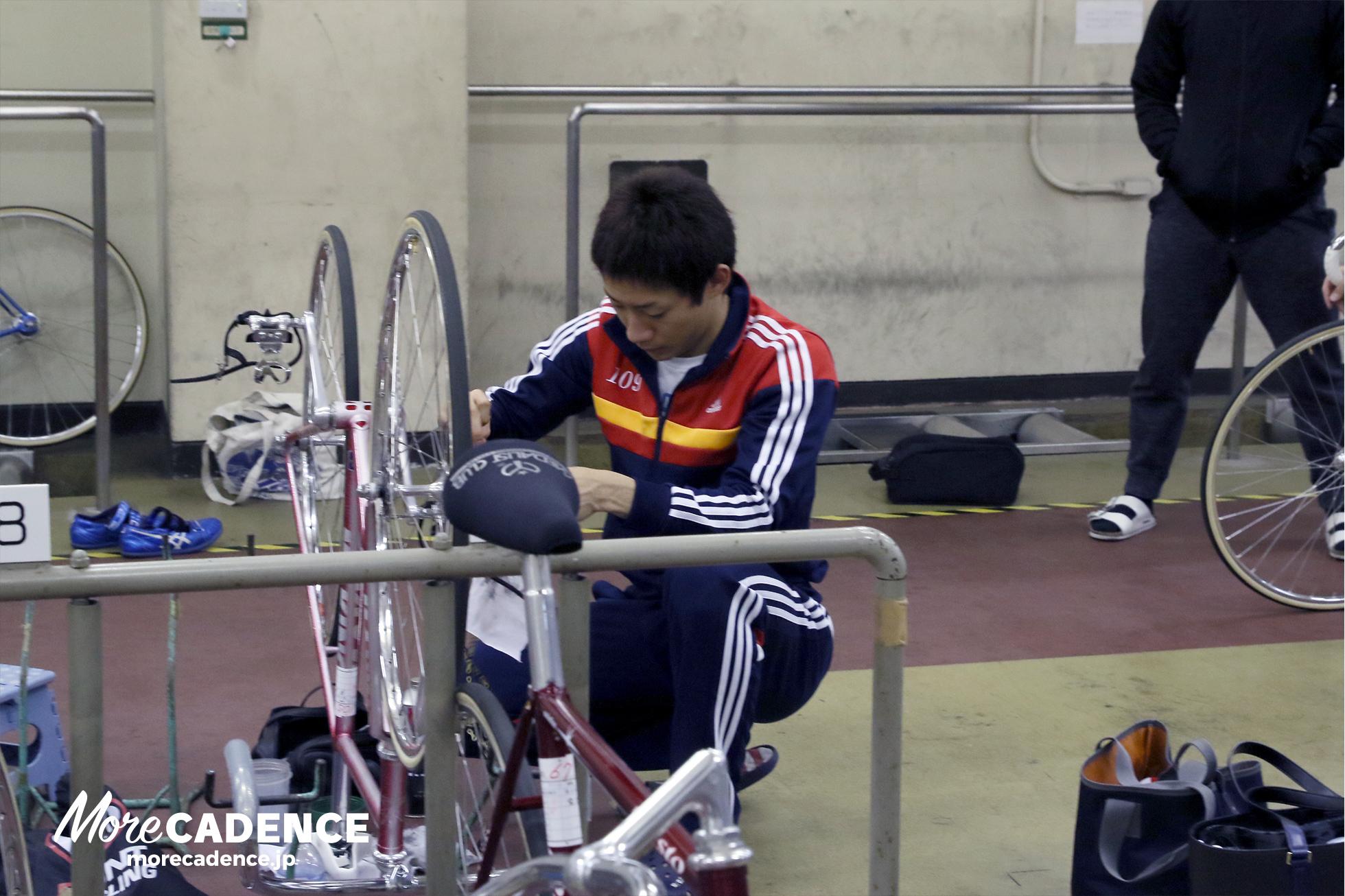自転車をメンテナンスする太田竜馬選手