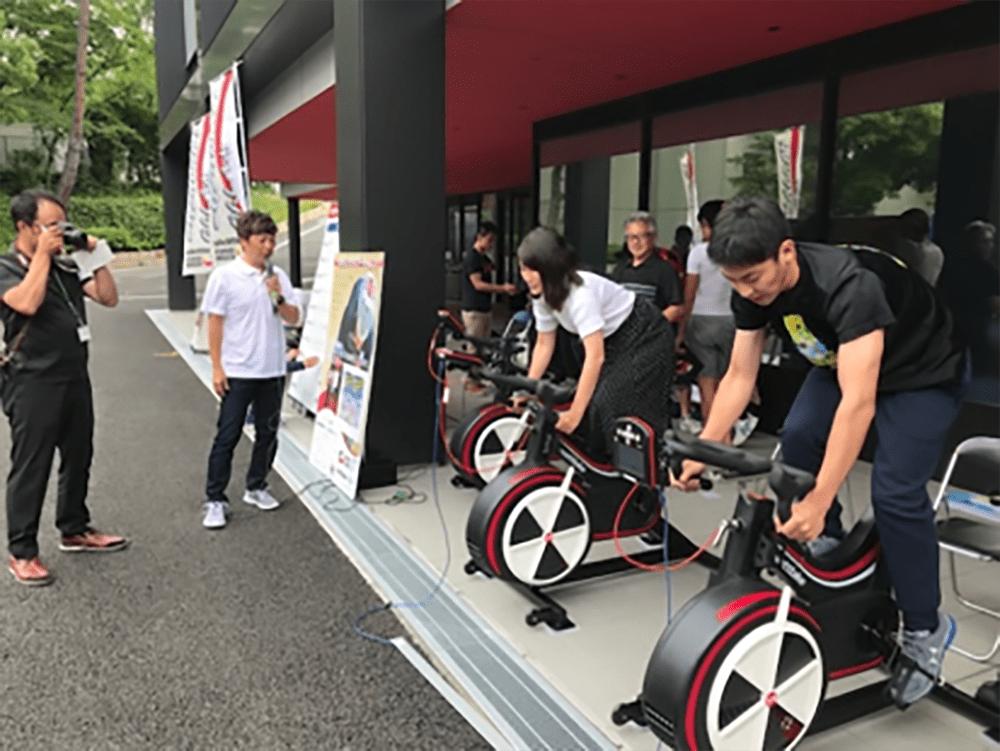 自転車に乗る生徒たち
