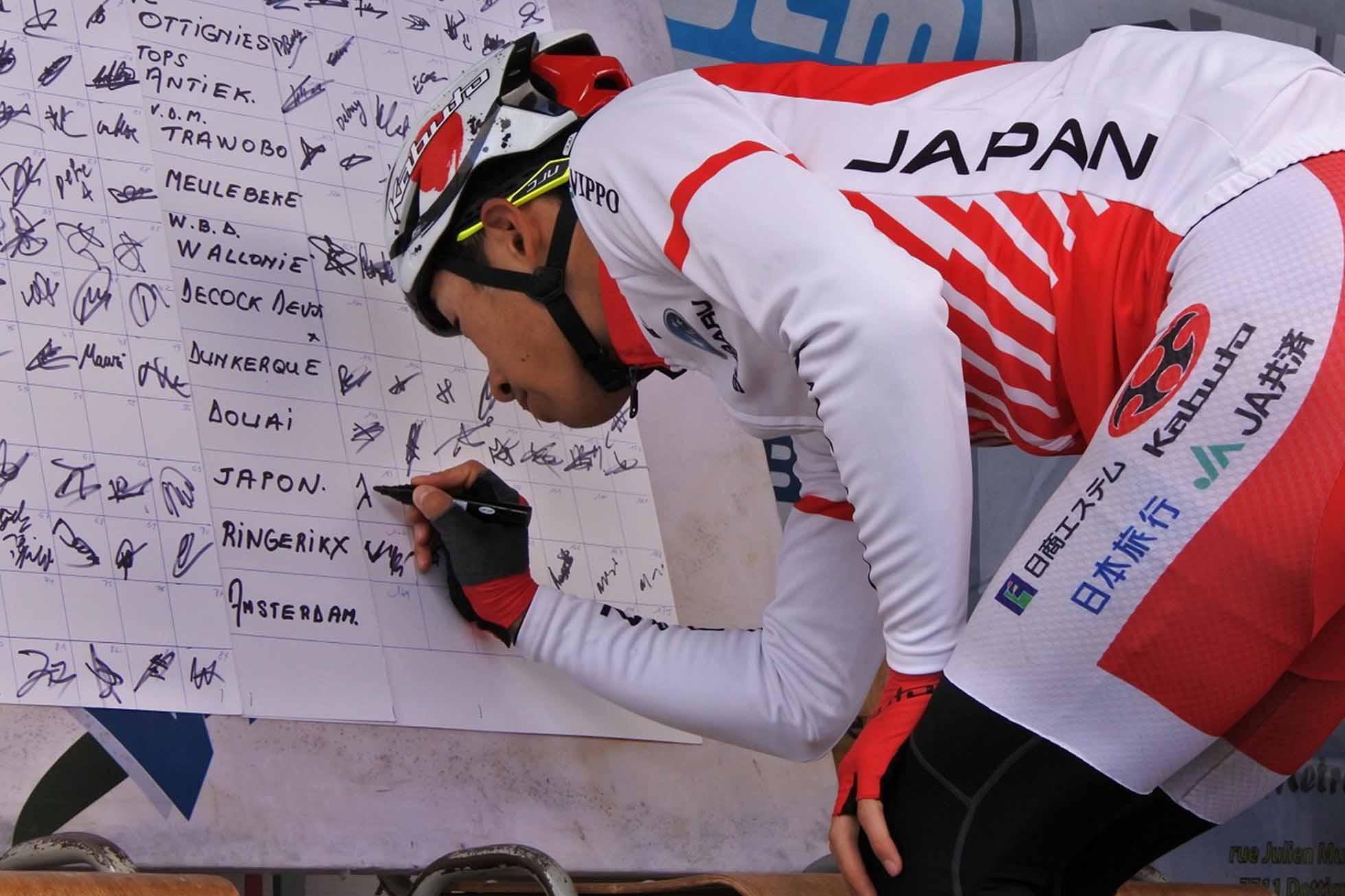 出走サインを行う松田