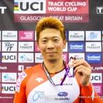 深谷知広スプリント銅メダル獲得のニュースが品川駅自由通路サイネージで放映【11月17日まで】