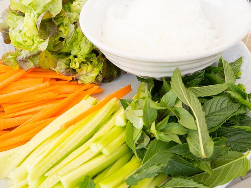 Sommerrollen-Füllung-Gemüse-Salat-Kräuter-Reisnudeln