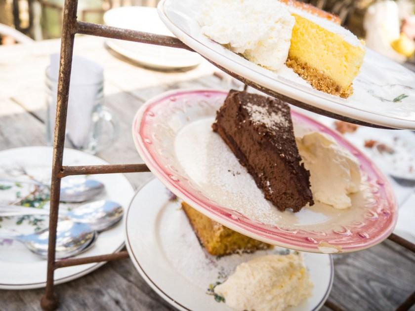 Torten-mit-Schlagobers-auf-Desserttellern