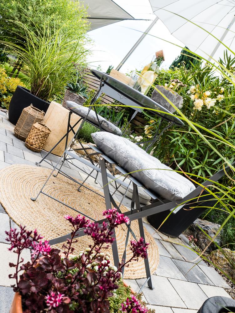 Terrassen-Gestaltung-Tisch-Stühle-Outdoorteppich-Pflanzen