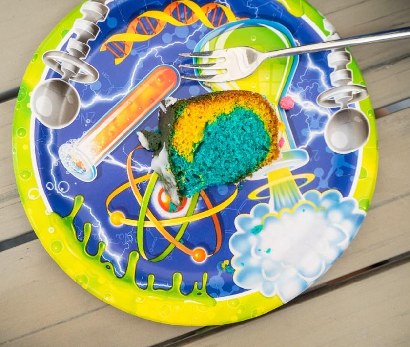 Geburtstagsparty-für-Jungs-Kuchen-auf-Teller