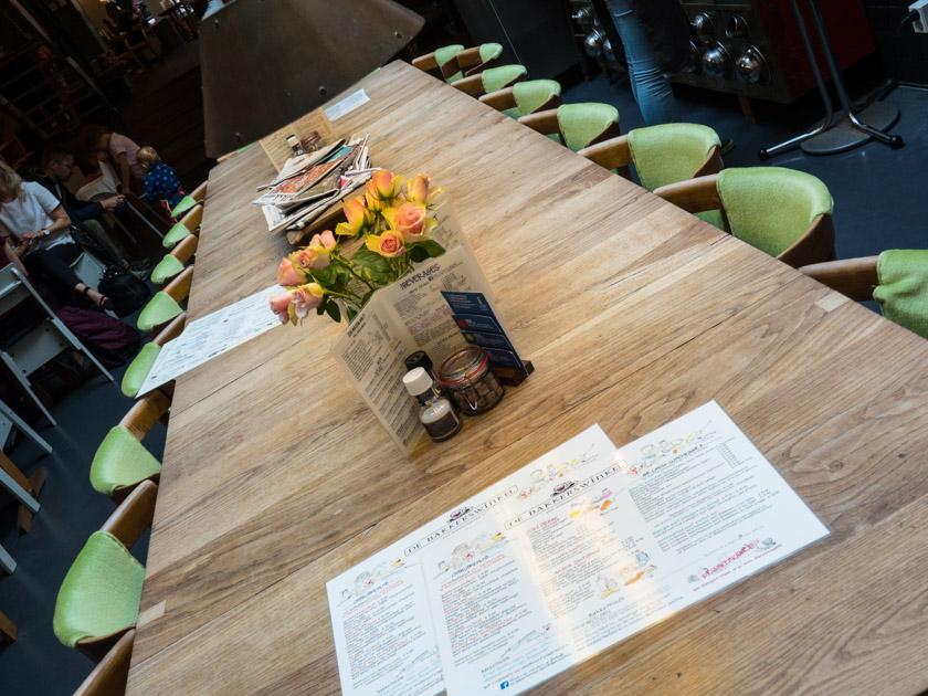 Amsterdam-mit-Kindern-Cafe-Bakkerswinkel-langer-Tisch
