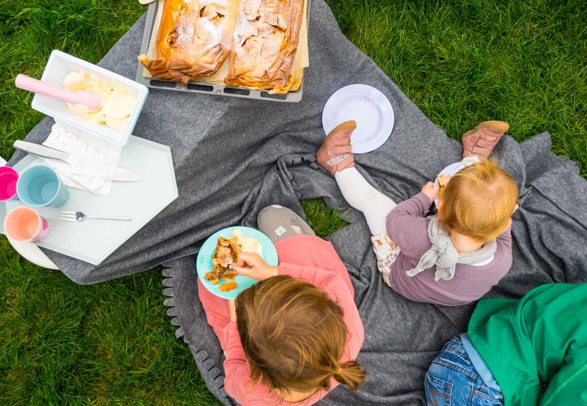 Herbst-Aktivitäten-mit-Kindern-Kinder-essen-Apfelstrudel