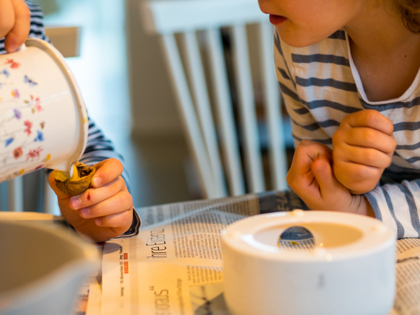 DIY Walnuss Kerzen aus Bienenwachs Kinder beim Kerzen gießen