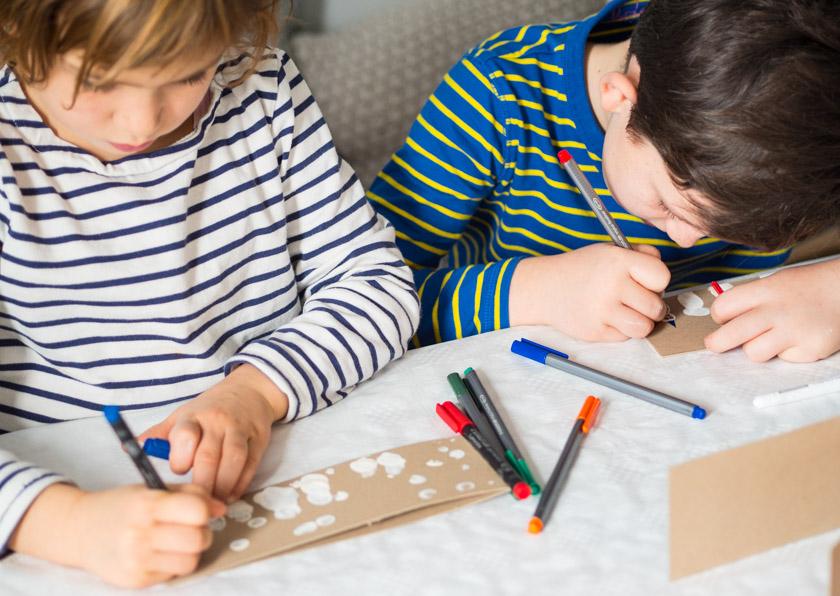 DIY Weihnachtskarten mit Fingerabdruck Kinder beim Zeichnen