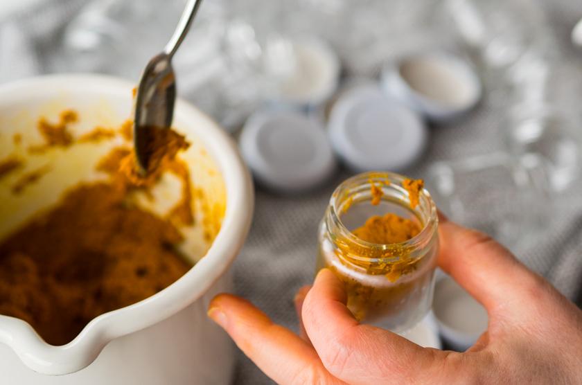 Goldene Milch Paste abfüllen in Gläser
