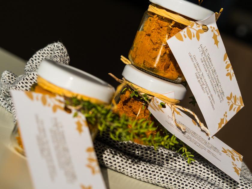 Goldene Milch Paste in Gläsern als Weihnachtsgeschenk