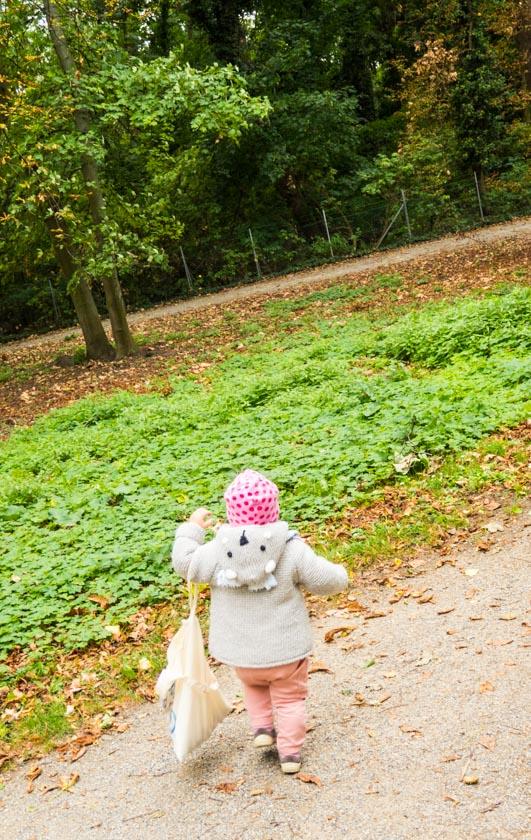 Herbst Aktivitäten mit Kindern Kind mit Sackerl in Park