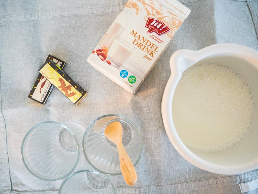 Herbstaktivitäten mit Kindern Trinkschokolade Mandelmilch und Gläser