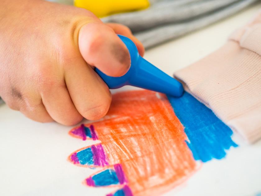 Midi Rock Outfit Ideen für Mamas malender Junge mit Ölkreiden
