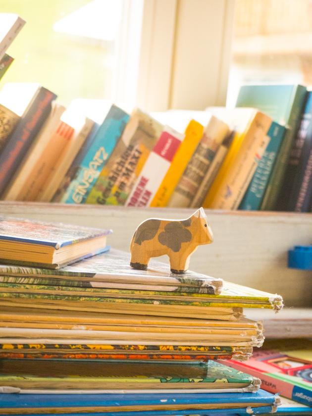 Familienurlaub am Bauernhof Holzkuh auf Bücherstapel