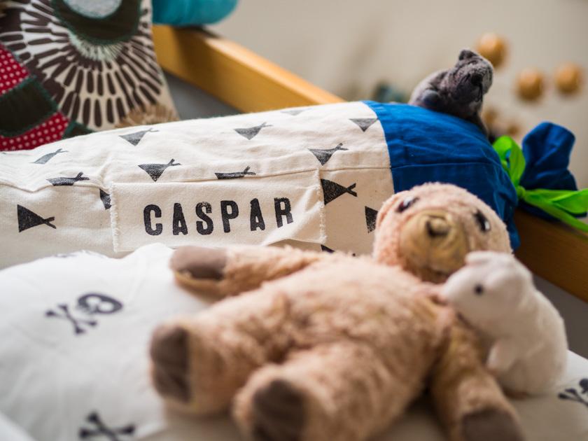 Gratis Hörbücher für Kinder Teddy und Kissen im Bett