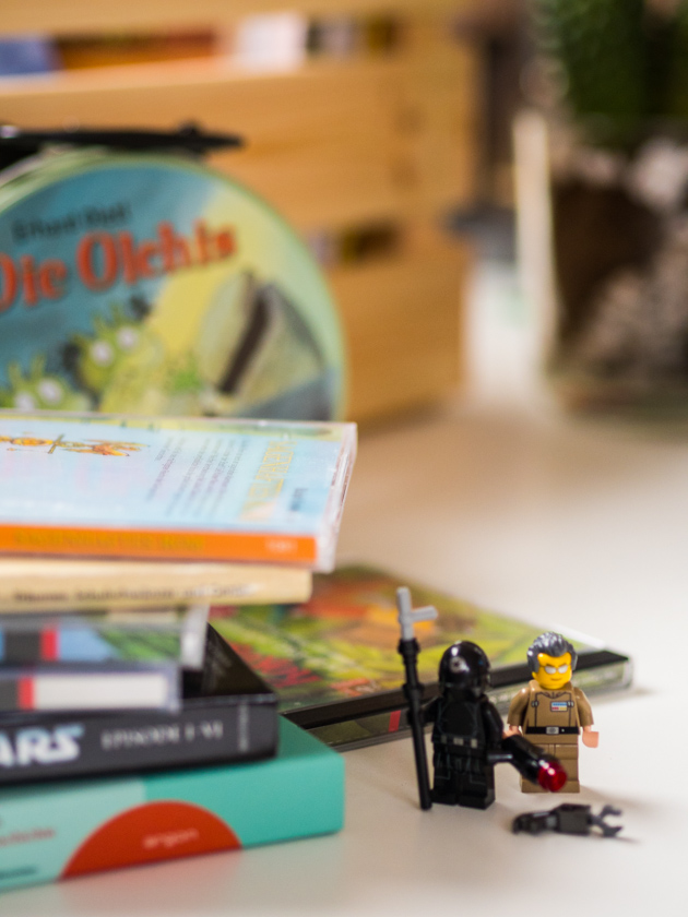 Gratis Hörbücher für Kinder Lego Figuren vor CD Stapel