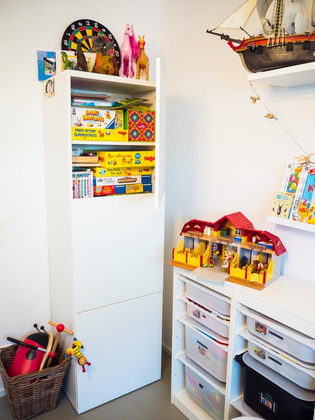Ordnung im Kinderzimmer - Schrank mit Spielsachen